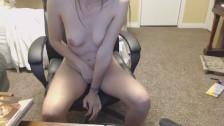 Девушка Шарлотта мастурбирует в своей школьной форме