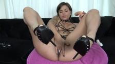 Горячая темноволосая француженка получает сильный струйный оргазм