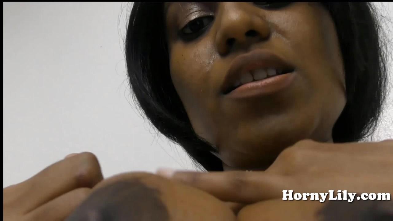 Индийский мамочка спреды ее волосатые киска и трахается ее большой член