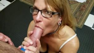 La signora dagli occhiali succhia il grosso cazzo