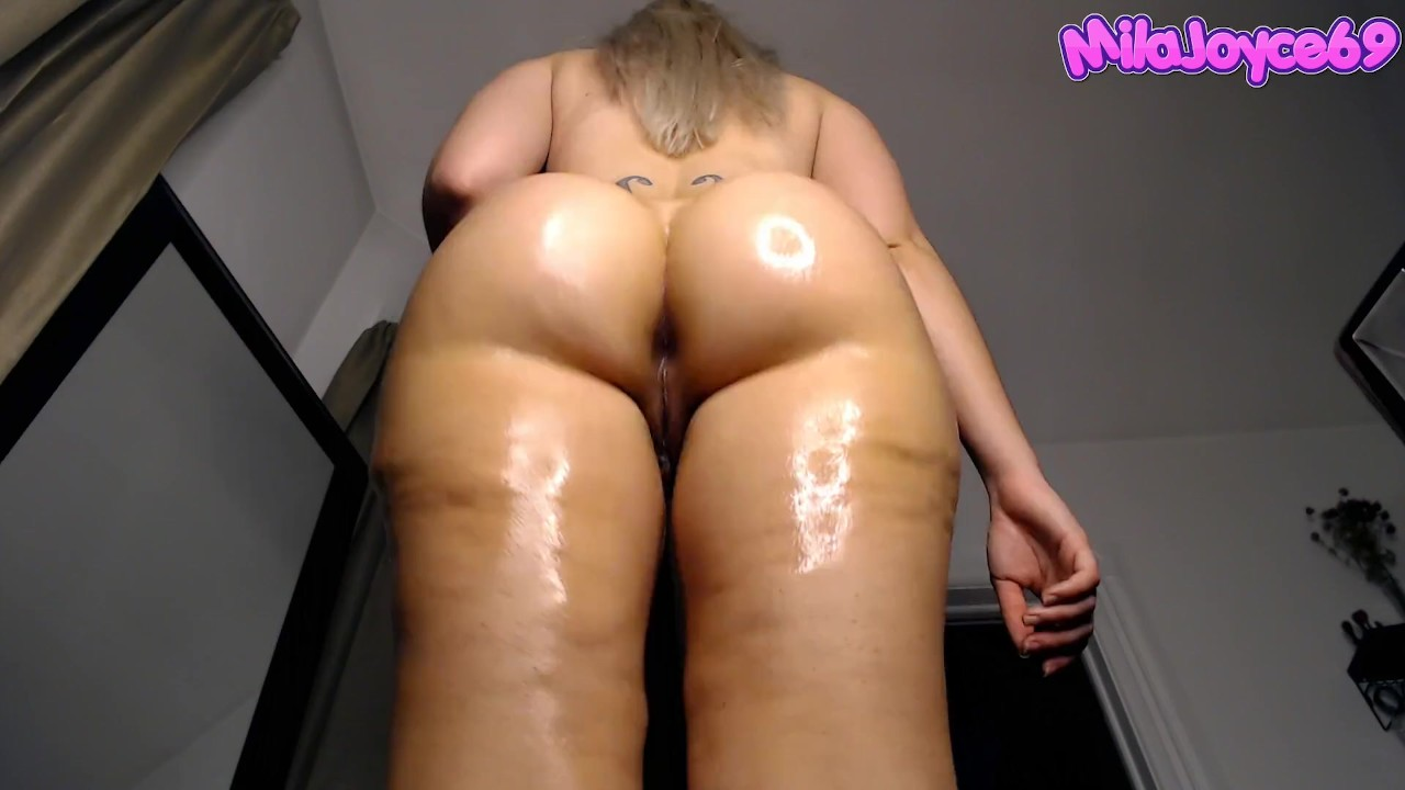 Oiled big booty ebony shaking her ass and making it clap