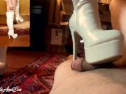 Ragazza offende il ragazzo mentre gli massaggia il cazzo con gli stivali Dialoghi Ita