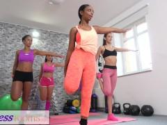 Fitnesskamers ebbenhouten grote borsten en sexy latina in de sportschool 3Sommige