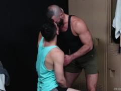 Harige oudere mannen gaan kaal in kleedkamer - MenOver30