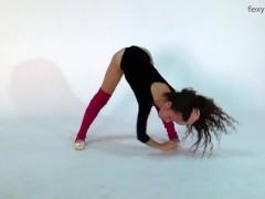 Flexible Teen Anna Making Splits And Bridges