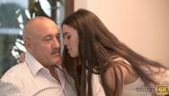 Thin teen action Daddy4k. lassie est intéressée par laction de baise avec un vieil homme