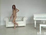 Офигенная телка голая ходит по комнате а потом мастурбирует свою пизденку