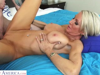 Naughty America – Emma Starr receives some help from a good Samaritan while grocery shopping