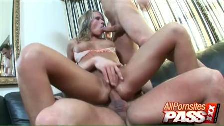 You Would Love Some Slutty Hot Threeway With Vixen Vivian
